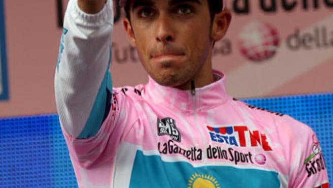 Alberto Contador luce la 'maglia rosa' del Giro. (EFE)