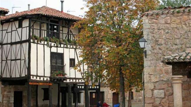 Vista de una de las plazas de Covarrubias (Burgos).