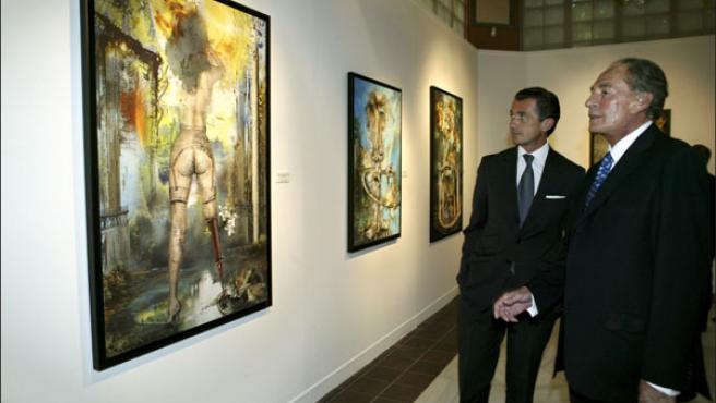 Pal Sarkozy (a la derecha) junto a una de las obras que presentó en su última exposición en Madrid, el pasado verano (KORPA).