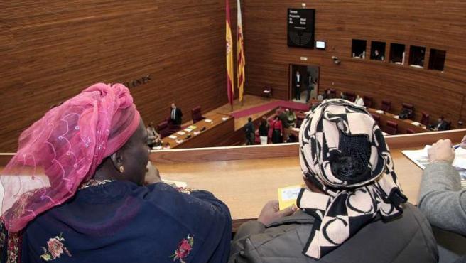 Inmigrantes de diversas nacionalidades, en el debate del Parlamento valenciano de la Ley de Integración.