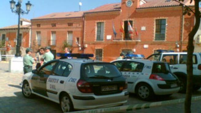 Agentes de la Guardia Civil delante del Ayuntamiento de Cigales.