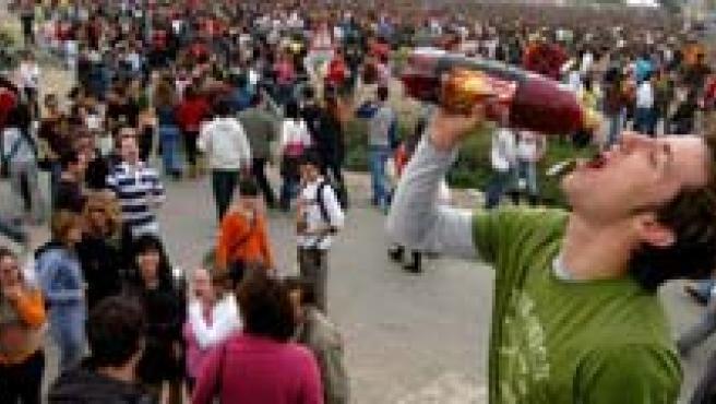 Un grupo de jóvenes consume alcohol.