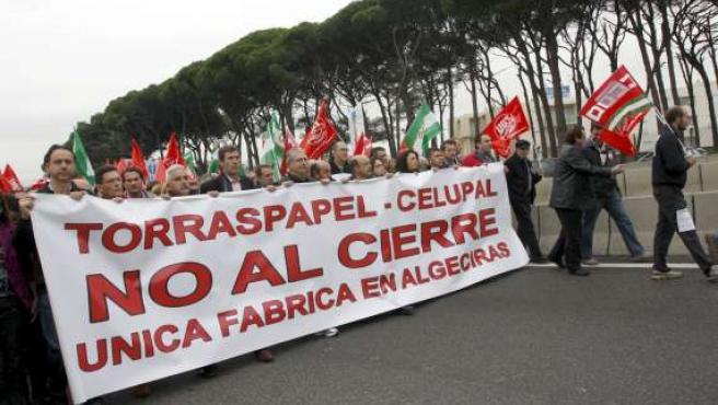Protestas por el cierre de Torraspapel en Algeciras. (EFE)