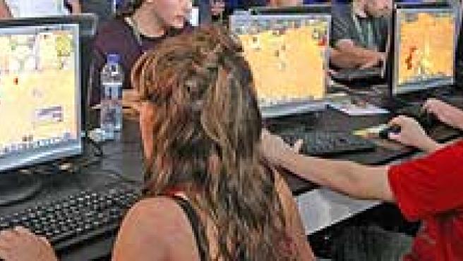 Dos niños juegan a través de Internet. (ARCHIVO)