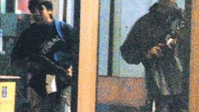 Dos de los terroristas que tomaron los hoteles de Bombay, con fusiles de asalto, en una foto de Flickr (Dotcompals)