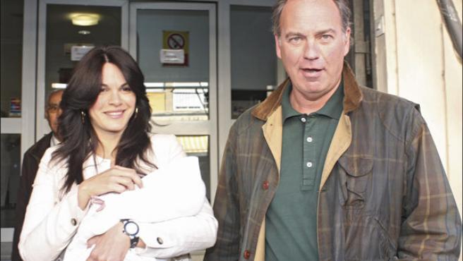 Bertín Osborne y Fabiola Martínez abandonan el hospital con su hijo Carlos (Foto: KORPA).