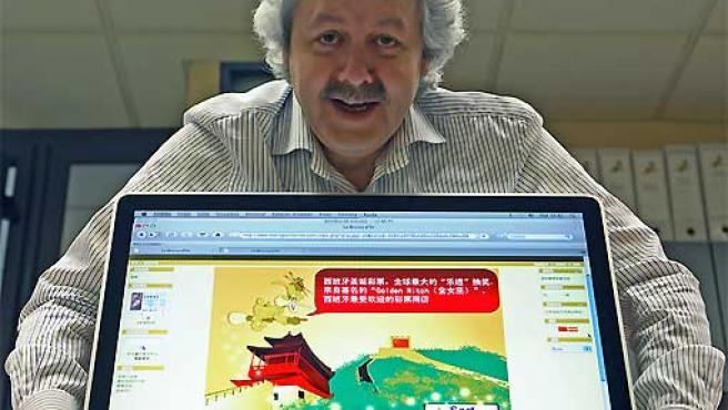 Xavier Gabriel, propietario de La Bruja de Oro, con la versión en chino de la página web de la administración.