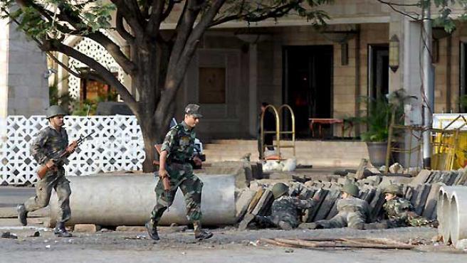 Soldados indios toman posiciones en las afueras del hotel Taj en Bombay. (EFE).