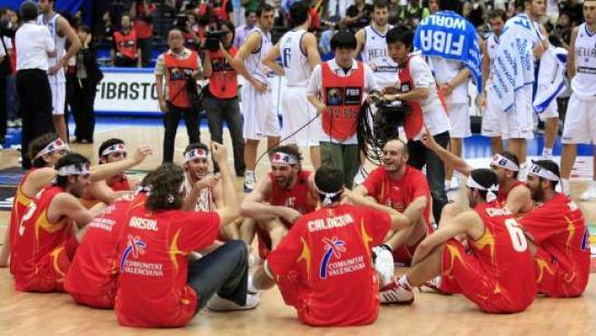 La selección española celebra su título de campeona en el Mundial de Japón de baloncesto (REUTERS)