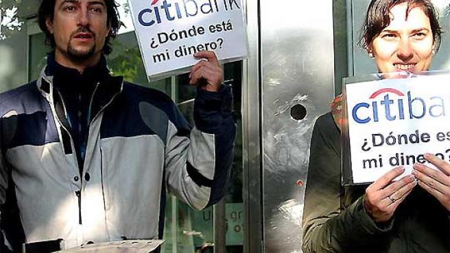 Javier Hernández, junto a su mujer, en una protesta contra Citibank.