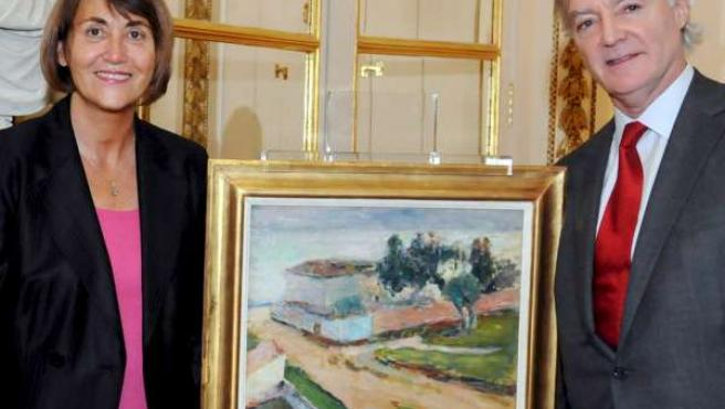 La ministra de cultura francesa y un alto cargo británico, junto al cuadro de Matisse devuelto a sus dueños (EFE).