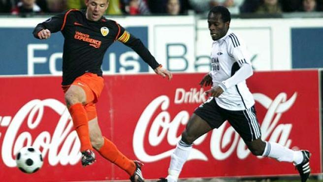 Marchena disputa un balón con el jugador del Rosenborg, John Pelu.