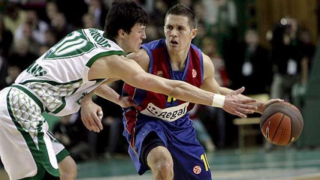 Jaka Lakovic bota el balón ante la presencia de Janavicius, del Zalguiris.