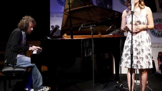 Xabi San Martín y Leire Martínez interpretan un tema. FOTO: EFE.