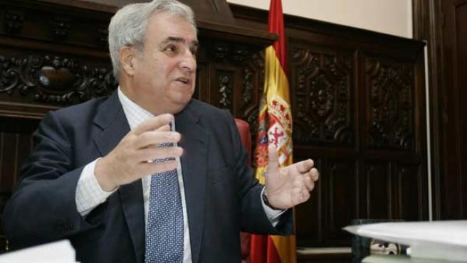 Enrique Múgica, en su despacho de Defensor del Pueblo.