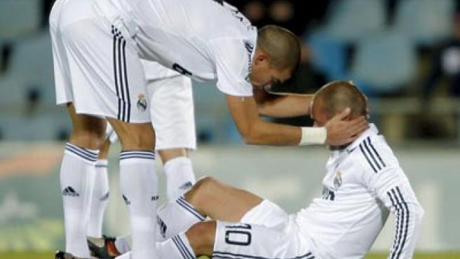 Sneijder es consolado por su compañero en el Real Madrid Pepe en el momento en el que se lesionó.