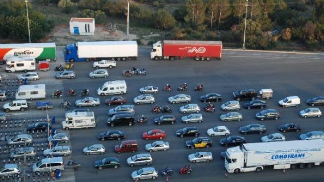Un grupo de coches en un peaje. (ARCHIVO)