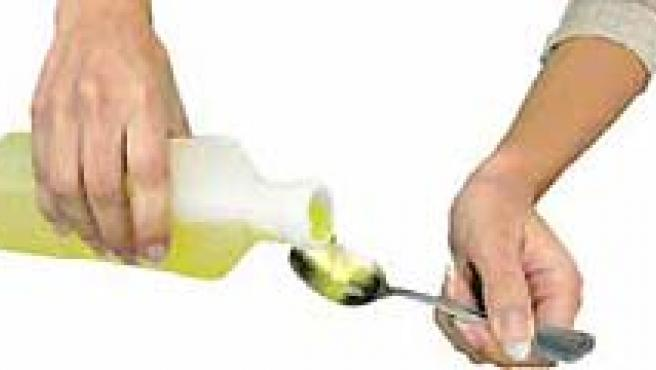 Tomar soluciones de rehidratación oral, que se pueden comprar en cualquier farmacia, es el mejor remedio contra gastroenteritis.