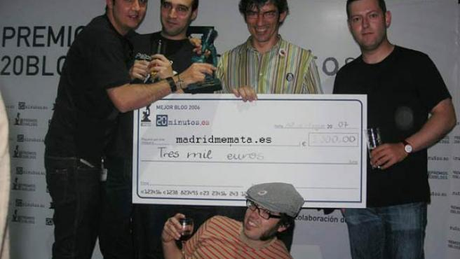 Los integrantes del blog Madrid Me Mata, bromeando con el cheque del ganador de una edición anterior de los Premios 20Blogs.