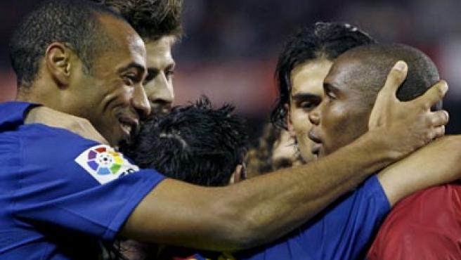 Eto'o es felicitado por Henry tras marcar el primer gol del Barcelona.
