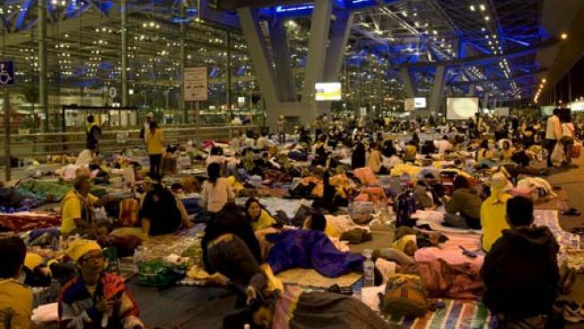 Opositores al Gobierno tailandés duermen en una de las terminales del Aeropuerto Internacional de Suvarnabhumi. (EFE)