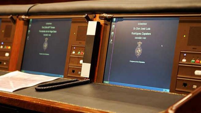 Panel de votación y equipo informático instalado en el escaño Zapatero, en el Congreso de los Diputados.