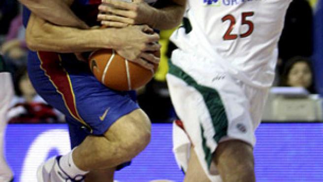 El escolta español Roger Grimau (i), del Regal Barcelona, trata de conservar el balón perseguido por el alero búlgaro Filip Videnov (d), del Granada CB. (EFE)