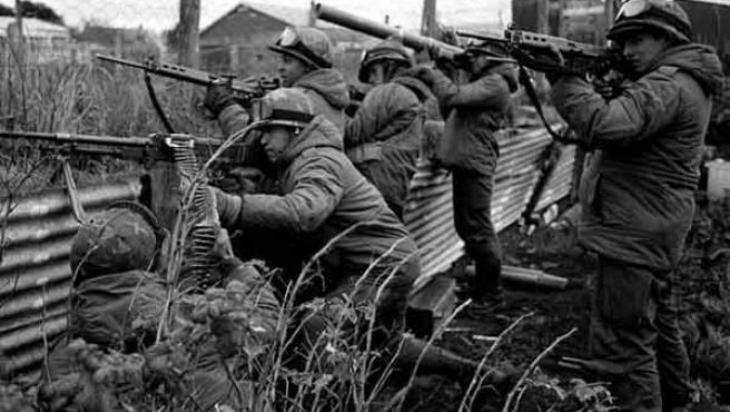 Soldados argentinos durante la Guerra de las Malvinas. EFE/Roman von Eckstein