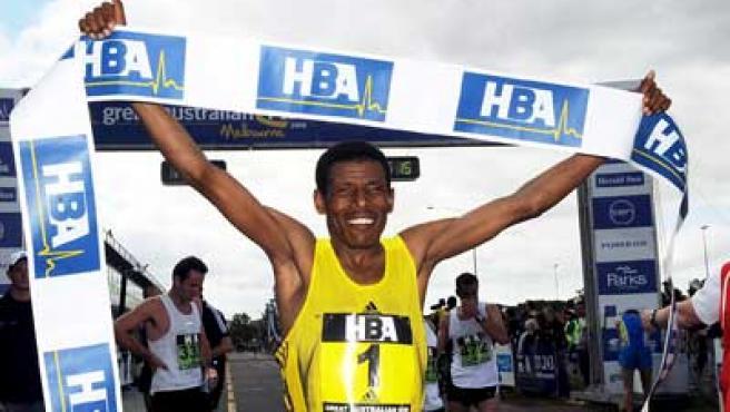 Haile Gebrselassie celebra su victoria en Melbourne.