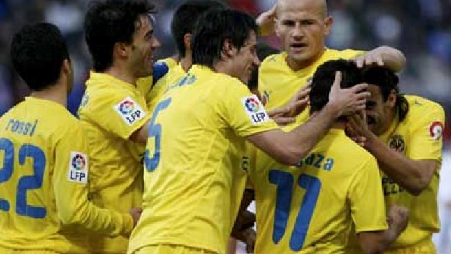 Los jugadores del Villarreal celebran uno de sus goles ante el Recreativo.