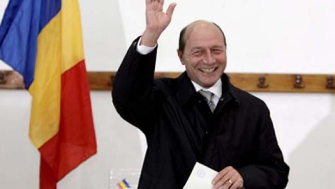 Traian Basescu introduce su voto en una urna en un colegio electoral de Bucarest, Rumanía.