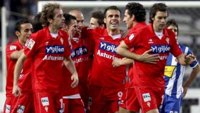 Los jugadores del Sporting de Gijón celebran su gol.