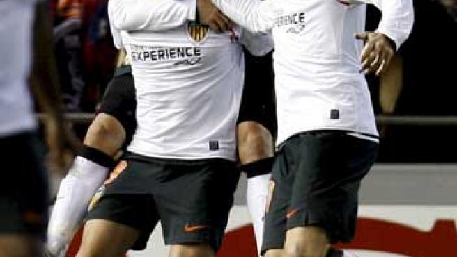 Baraja celebra su gol con sus compañeros del Valencia Villa y Joaquín.