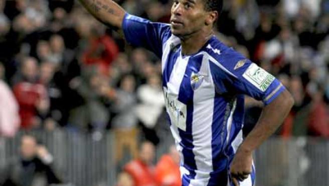 Eliseu, centrocampista del Málaga, celebra su gol ante Osasuna.