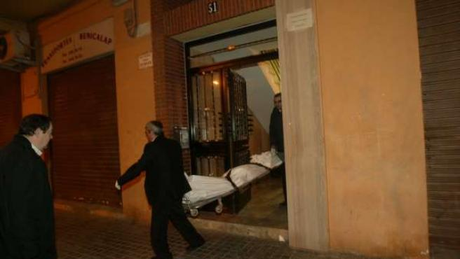 La Policía saca el cadáver de la mujer asesinada en Benicalap.