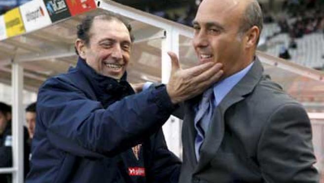 El delegado del Real Sporting de Gijón, Enrique Castro González 'Quini', saluda al entonces entrenador del Real Club Deportivo Espanyol, Bartolomé 'Tintín' Márquez.