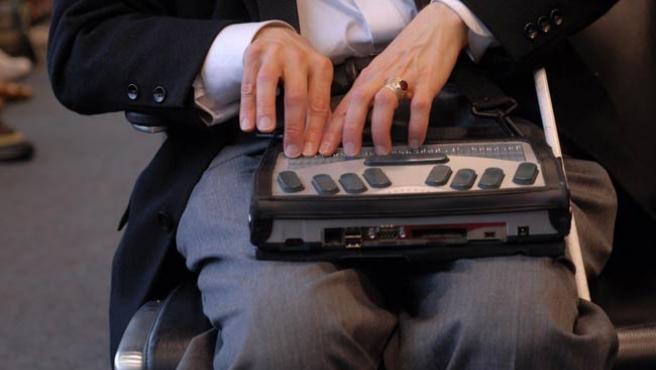 Un ciego utiliza un dispositivo especial para usar el ordenador.