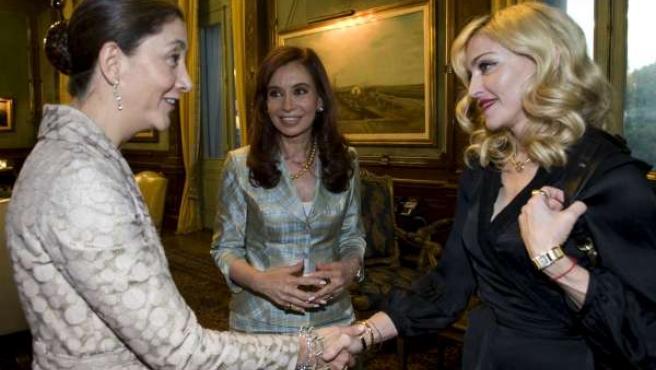 Madonna saluda a Betancourt en presencia de la presidenta de Argentina.