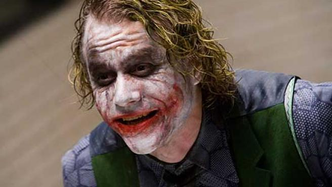Heath Ledger, caracterizado como 'Joker'.