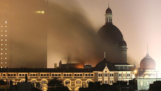 Incendio en el hotel Taj de Bombay tras los ataques terroristas. REUTERS