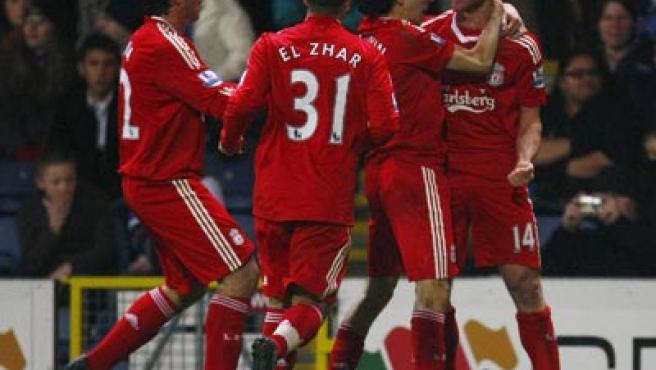 Xabi Alonso celebra su gol con sus compañeros del Liverpool.