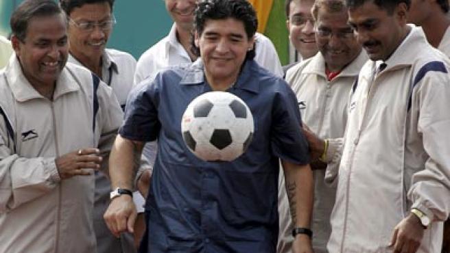Diego Armando Maradona en su visita a la India.