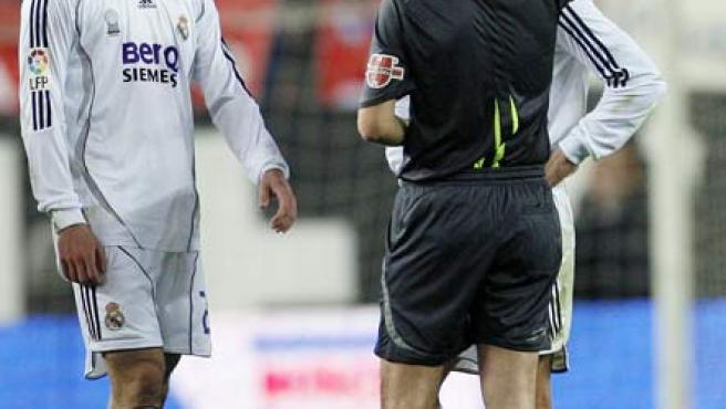 Daudén Ibáñez enseña la tarjeta roja a un jugador del Madrid. (ARCHIVO)