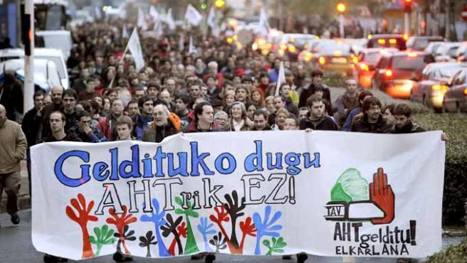 Un momento de la manifestación convocada en contra del Tren de Alta Velocidad vasco. (EFE)