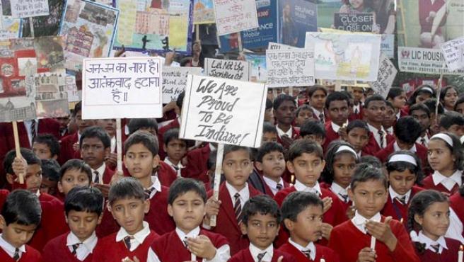 Un grupo de escolares se manifiesta contra los atentados de Bombay (AGENCIAS).