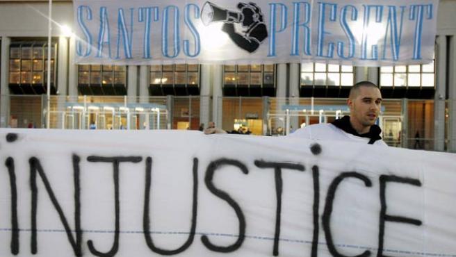 Seguidores del Olympique de Marsella sostienen pancartas en las que piden la libración del seguidor del Olympique, Santos Mirasierra,