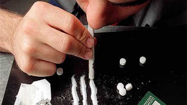 Un joven consume cocaína
