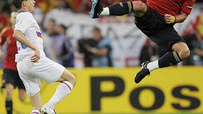 Sergio Ramos disputa un balón frente a un rival ruso.