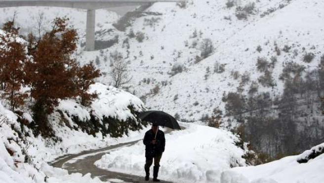 La carretera CV-125-3, entre las localidades de Ramsinde y Ruitelan (León), cubierta por la nieve.