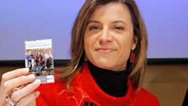 La ministra de Igualdad, Bibiana Aído, muestra un lápiz de memoria que contiene el Informe Juventud en España 2008. (Chema Moya / EFE).